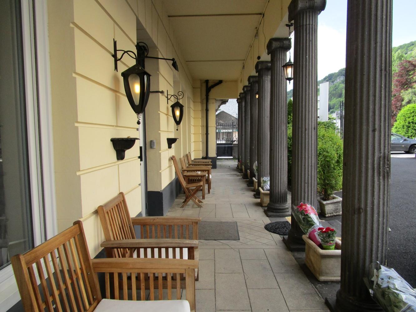 1- Hotel Mont-Dore > Terrasse devant l'hôtel