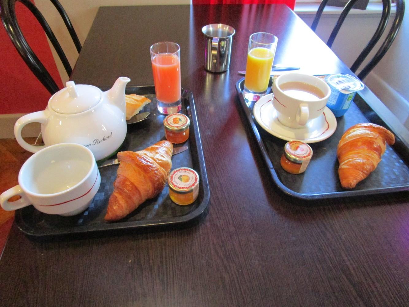 6 - Salle petit-déjeuner Hôtel Mont Dore > plateaux bien garnis