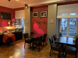 2 - Salle petit-déjeuner Hôtel Mont Dore > on entre par le salon